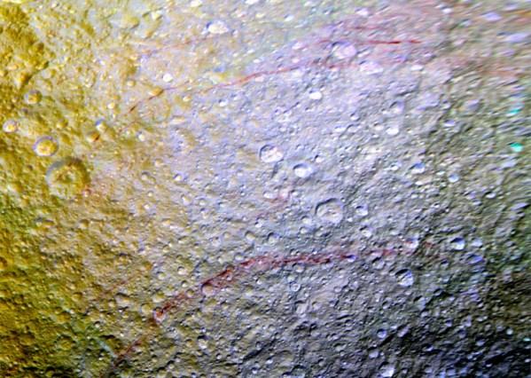 Listras vermelhas em lua de Saturno