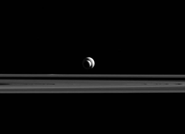 Tétis (no fundo) e Encélado (na frente) ficaram alinhadas para a câmera da sonda Cassini. (NASA/JPL-Caltech/SSI)