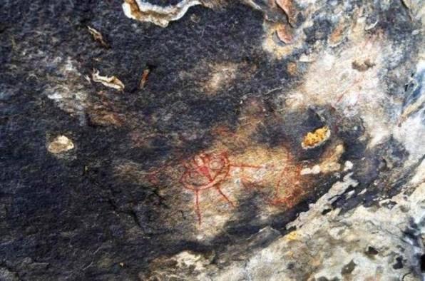 possível nave espacial em petroglifo