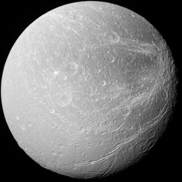 Foto da lua Dione, tirada pela sonda Cassini da NASA