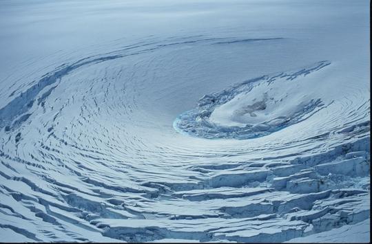 As erupções vulcânicas abaixo do gelo podem criar formações na superfície chamadas de 'caldeirões de gelo', tais como esta que formou a 'tampa' de gelo deVatnajökull, na Islândia. Os pesquisadores sugerem que a depressão em Marte poderia ser um calderião de gelo. Crédito: Oddur Sigurðsson/Icelandic Meteorological Office