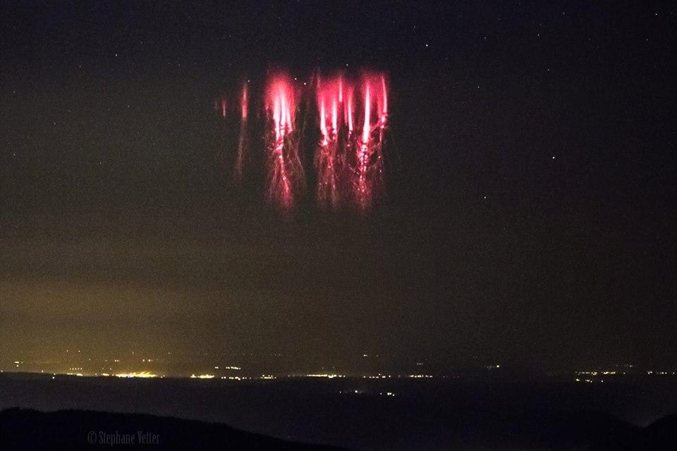 Misteriosas luzes vermelhas são fotografadas nos céus do Canal da Mancha 1