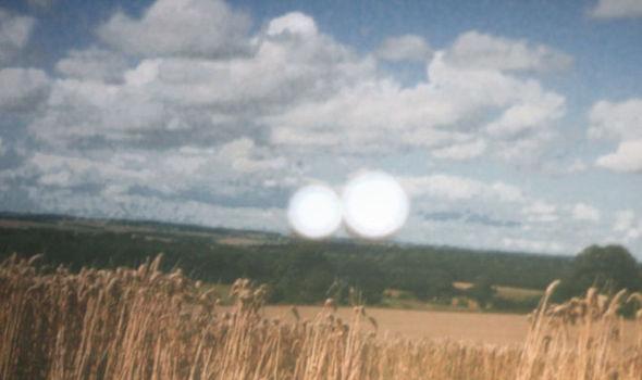 OVNIs voando sobre agroglifos