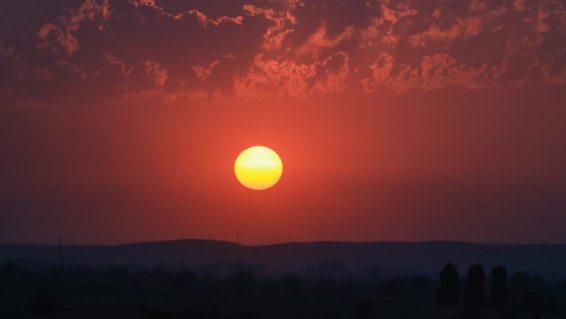 Canadense filma globo de luz no céu, acompanhado de objeto menor 1