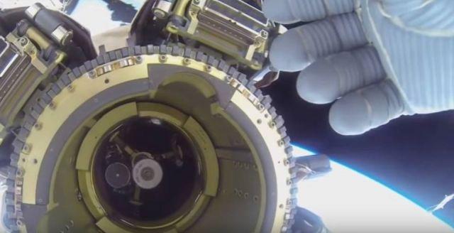 Astronauta da ISS tenta bloquear visão de OVNI