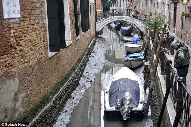 Mar recua em Veneza, secando os famosos canais 1