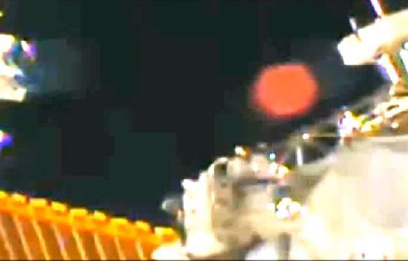 Globo vermelho em filmagem da Estacão Espacial Internacional