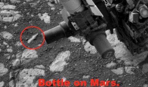 Foto da NASA mostra garrafa enterrada no solo de Marte