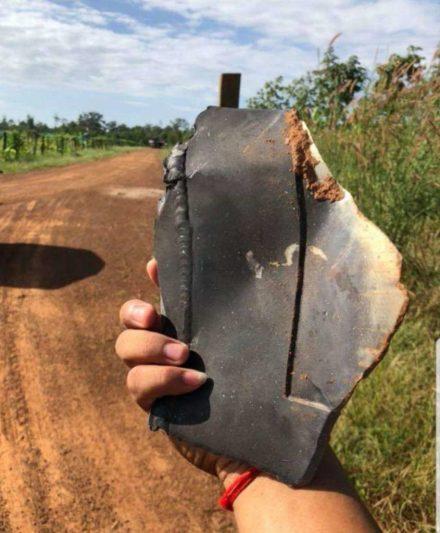 Destroços de um objeto não identificado caem do céu no Camboja 3