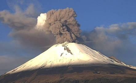 Vulcão Popocatépetl no México entra em erupção