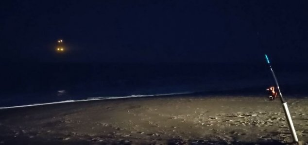 Luzes estranhas são filmadas sobre o mar