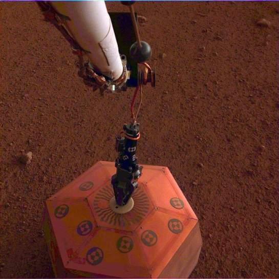 Sonda InSight da NASA instala sismógrafo em Marte