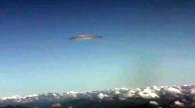 Passageiro fotografa enorme OVNI enquanto sobrevoava a China 3