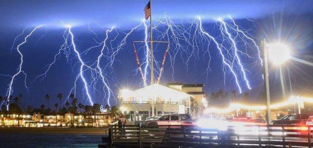 Tempestade anômala de raios atinge a Califórnia