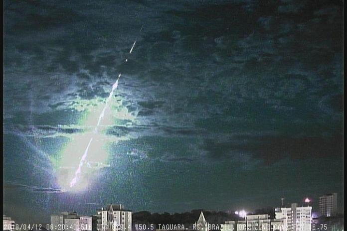 Meteoro explode no céu do Rio Grande do Sul