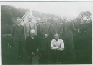 Sjåfører i Øvrebøruta: foran Theodor Ilebekk og Kristian Iglebæk. Bak fra venstre: Odd Bjerland, Olav Almen, Karsten Sandtveit, Olav Iglebæk, Arthur Iglebæk og Gunnar Upsahl