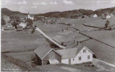 Prestegården, Sangesland (bak prestegården), Øvrebø kirke, klokker-lærerboligen Reinan (nærmest), Monen, Sangesland (der Berta Sangesland bor nå (2007)) Skulevollen (første skolehus i Øvrebø?). Legg merke til stabburet og vognskjulet på prestegården. Uthuset kan en ikke se på dette bildet, det lå langsmed veien til Nordhagen. Alle disse husene brant ned en gang på 1930-tallet.