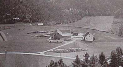 Den gamle gården på Hægeland sett fra nordvest i 1933. Gården brant ned og er oppbygd og endret flere ganger. Nåværende eier: Kjell Anders Greibesland (2007)