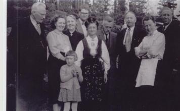 Fra venstre; Olav Løvsland, Karen Kalleberg, Marit Kalleberg(?), Kristine Mindrebø, Josef Kalleberg, Gunhild Loland, Thorvald Haugenes, Torkel Mindrebø, Randi Koland, Konrad Koland