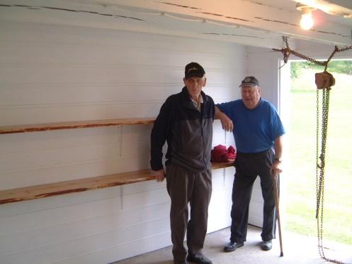 Torleiv Bjerland og Anders Robstad i inngangen til det rommet som Torleiv og Mari har pusset opp og der traktoren skal plasseres - men døra er mye smalere enn traktoren - har Torleiv tenkt på det?