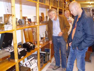 Per og Jens Petter Slettedal fant mye interessant i hyllene.