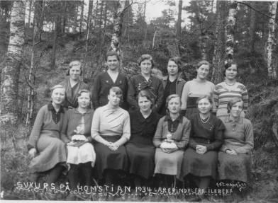 Sykurs på Homstean, 1934, foran fra venstre: Steivor Ilebekk, Torbjørg Røyseland, Anlaug Helle, lærerinne Inger Ilebekk, Gunvor Ilebekk, Ragnhild Øvrebø, Margit Hægeland. 2. rekke: Torbjørg Eikeland, Olga Øvrebø, Ragnhild Greibesland, Trine Wehus, Anne Greibesland, Åsa Dynestøl.