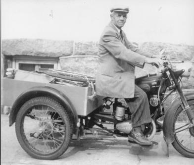 """Albert Frøysa måtte amputere begge bein over kneet, men for å komme seg rundt fikk han spesiallaget en trehjuls motorsykkel hos Nordby. Han kunne utføre alle """"operasjoner"""" med hendene og var i sin tid en kjent skikkelse og fartet mye rundt i distriktet."""