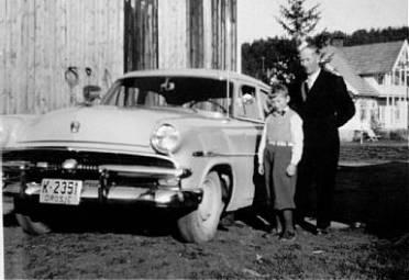 Den nye, flotte drosja til Olav Iglebæk: K-2351, Ford Customline, 1953-modell. Stolt sjåfør: Alfred L. Ilebekk, (og like stolt sønn).