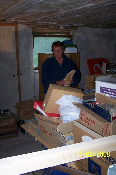 Grete Marie Ilebekk bærer varer fra fjøset og inn i arkivet, og finner nok en og annen godbit.