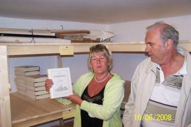 Arnhild Bårdsen og Kjell Koland viser at det fremdeles er igjen noen eksemplarer av Øvrebøboka, bind III Kultursoga på lageret.