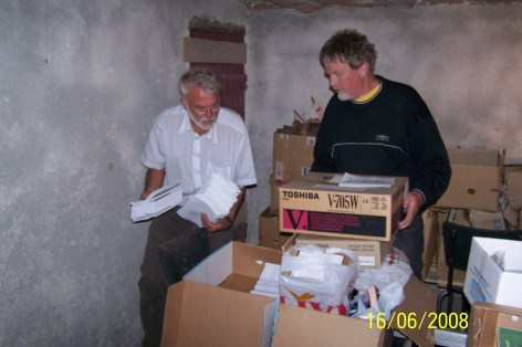 Per Slettedal og Helge Skuland hadde litt av en oppgave med å få flyttet alle gjenstander vi har i historielaget fra fjøset og inn i arkivet.
