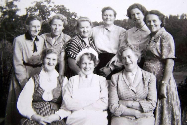 Trolig styret i Øvrebø Sanitetsforening, uvisst i hvilket år, men trolig rundt 1950 - 60. Bak fra venstre: Torine Upsahl, Elsa Skeie, Ida Grosås, Nikoline Sangesland, Aslaug Eikeland, Åsa Skarpengland. Foran: Lovise Jørgensen, Gerd Aasen, Astrid Skarpengland.