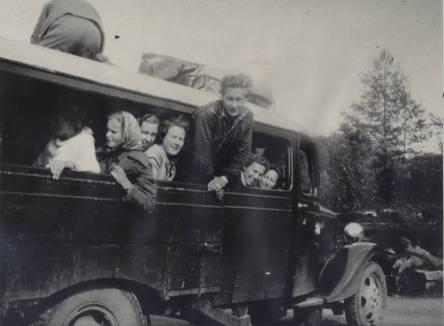 """En av de første bilene som ble brukt som buss. Som en ser er det en lastebil med et påbygg på lasteplanet. Dette er muligens """"Master""""en, den første """"buss"""" til Øvrebøruta."""