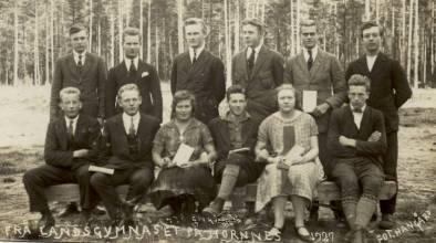 Grunnen til at dette bildet fra Hornnes landsgymnas kommer med i bildesamlingen er at lensmann Trygve Bjerland er med på bildet. Han var den første fra Øvrebø som tok Examen artium. Trygve nummer fem fra venstre i bakerste rekke.