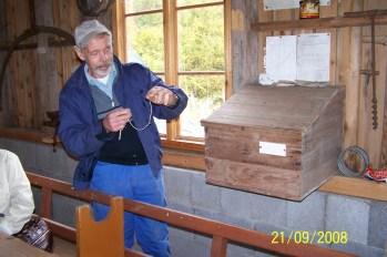 """Oddvar Sørli viser oss """"kontoret"""" i bygdemølla som ble flyttet fra Hægeland sentrum til museumsområdet ved Eikeland skole."""