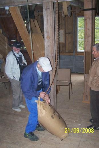 Det umalte kornet skal heises opp i 2. etg. og helles ned gjennom en kanal til møllesteinene i 1. etg. som maler det til mjøl.