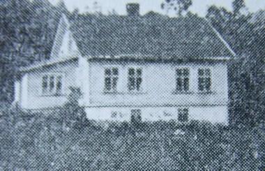 """Dette huset eksisterer ikke lenger. Det brant ned for en del år siden, men sto før den tid mellom Mushomvegen og gården til Alf Eikaas. Ble kalt for """"Ertekjerran/Ørtekjerran"""" på dialekt, men det offisielle navnet var Linnevoll. (Bilde fra """"Norges bebyggelse"""")."""