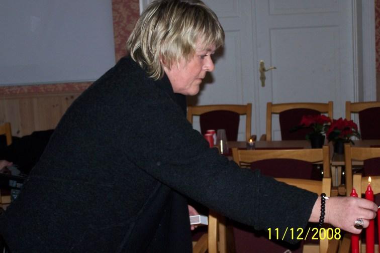 Arnhild Bårdsen gjør de siste forberedelser før gjestene kommer.