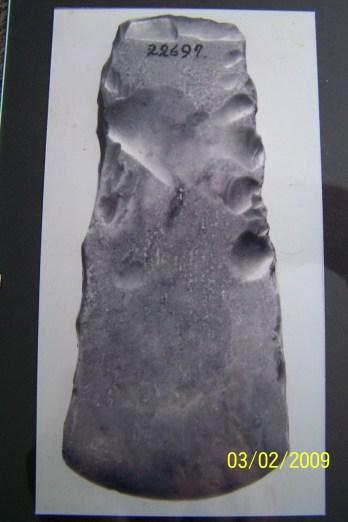 Slipt øks av flint. Funnet på gården Vennesla. Yngre steinalder (ca. 2000 f.Kr.)