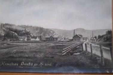 Homstean tidlig 1900, huset til venstre (lille Marens hus) er revet. Legg også merke til pipa på meieriet Samhold