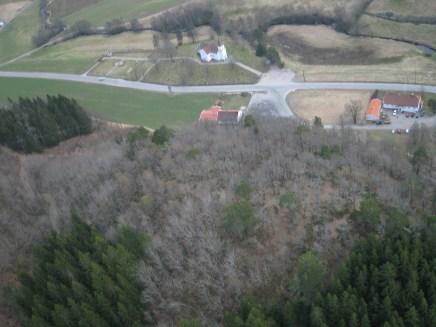 Området der bygdeborga ligger sett fra lufta.