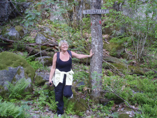 Arnhild Bårdsen i den bratte kleiva fra Homme og opp mot høyeste punkt på veien, som kalles Kongskleiv.