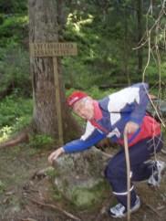 Magne Sletten viser Lyftarsteinen, som det var et karstykke å løfte for konfirmantene på vei til kirke. Derfor kaller noen den konfirmantsteinen eller lesarlyftet.
