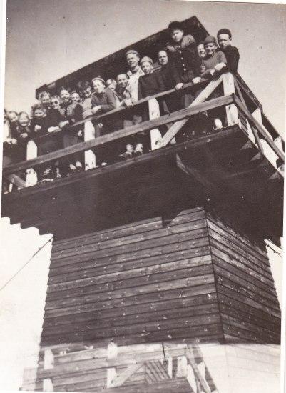 Tyskerne bygde utkikkstårn på Ropstadknuten. Etter krigen var tårnet mye brukt som turmål. Her er elever fra Øvrebø skole fotografert - ca. 1946 - 47. (Kopi av bilde som tilhørte Torjus Reiersdal).