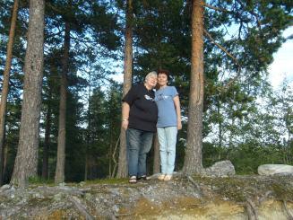 Bildet viser Laila Abusland og hennes russiske halvsøster Tanja. Tanja døde dessverre før jul 2011, kort tid etter at hun hadde besøkt sin norske halvsøster.
