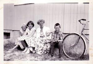 Bergny Horrisland, Randi Bjørnshei, Anne Marie Besteland, Tom Åge Besteland og Ole Langeland. Bildet er tatt utenfor Samvirkelaget ca. 1958.