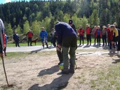 """Gamle leker, Gunnar Iveland viser hvordan man """"Gjeter sugga"""" på kjentmannsturen våren 2006."""