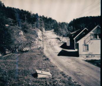 Bygging av ny Setesdalsvei fra Homstean og utover mot Vehus. Som en kan se har den gamle veien stort sett bestått av sving og sving utover.