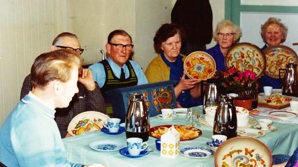Rosemalingskurs på Ilebekk skule: fra v.: Engestøl (kursholder), Anders T. Wehus, Sverre B. Ilebekk, Margit Mushom, Klara Ilebekk, Steivor Ilebekk.