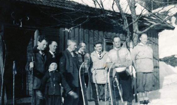 Tur til Halland (i regi av Blå Kors?): fra venstre: Helge, Harald (foran) og Torvald Skuland, Theodor Almedal, Sverre P. Ilebekk, Niels Otto Hægeland, Ingmann Ilebekk, Olav Lian (eier av Halland).